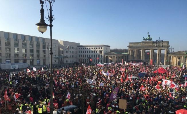 Almanya'da sendika üyeleri gösteri düzenledi