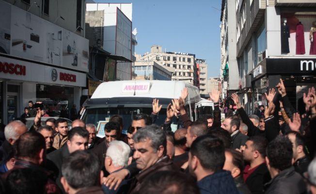 Adana'da esnaf yolu trafiğe kapattı