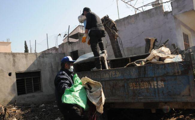 Osmaniye'de evden 3 römork çöp çıktı