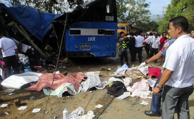 Freni patlayan otobüs elektrik direğine çarptı: 15 ölü