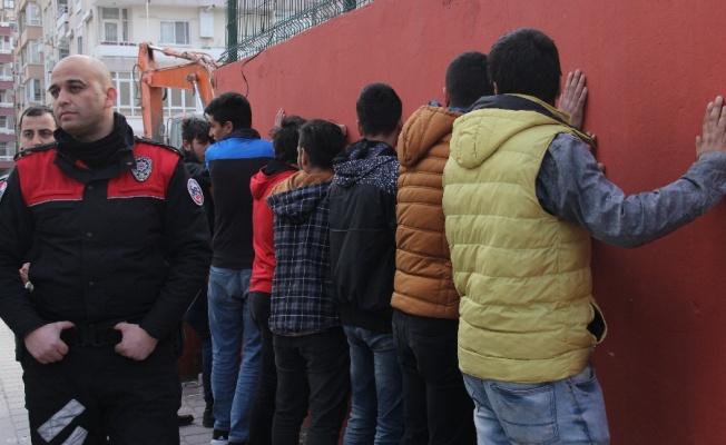 Galatasaray taraftarını taşıyan araçlara saldırı