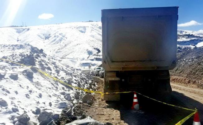 Kepçe operatörü hafriyat kamyonunun altında kaldı
