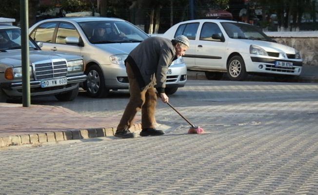 Her gün sokaklardaki çöpleri topluyor