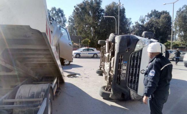 Adana'da kamyonet minibüsle çarpıştı: 9 yaralı