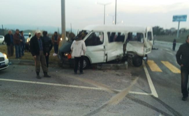Gediz'de kamyonetle minibüs çarpıştı: 1 ölü, 4 yaralı