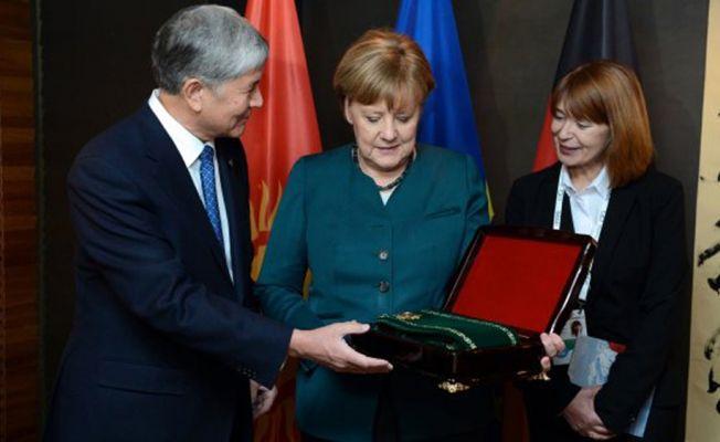 Merkel'e Kırgızistan'ın en prestijli nişanı verildi