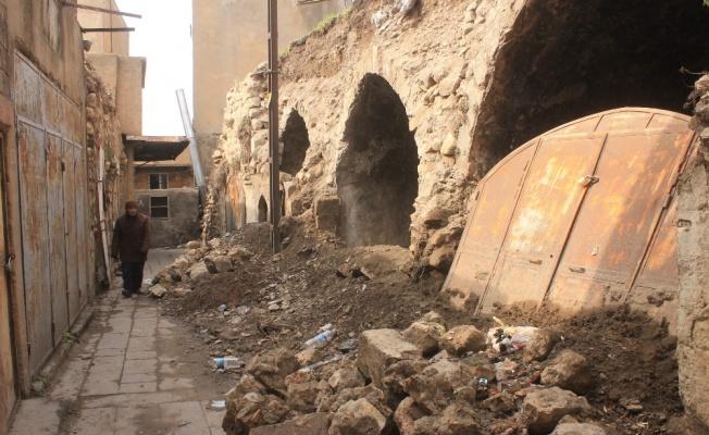 Mardin'de tarihi yapılar dökülüyor