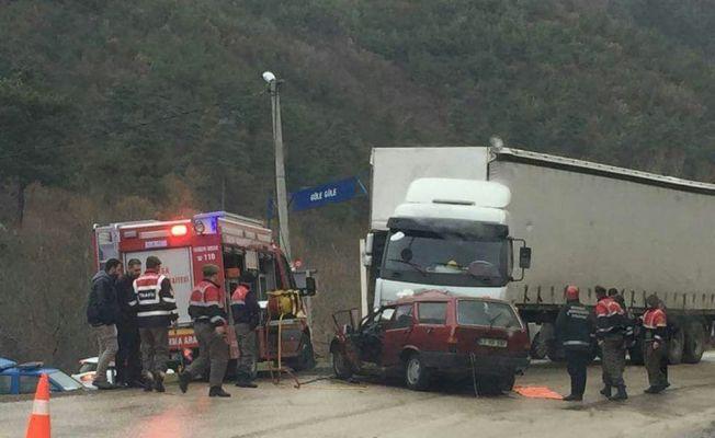 Bursa'da tırın altına giren otomobildeki 2 kişi öldü