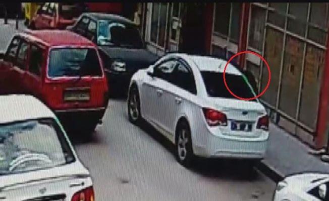 Otomobilin camını kırıp çantayı çaldı