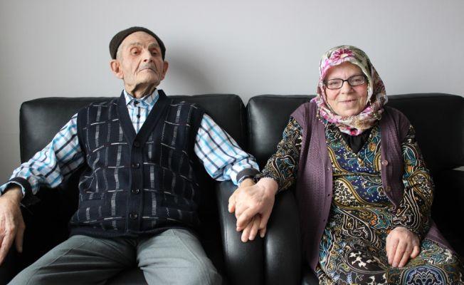 50 yıllık eşiyle göz iletişimi kurarak anlaşıyor