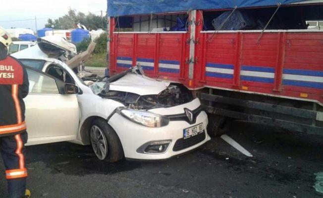 İstanbul'da otomobil ile kamyon çarpıştı: 1 ölü