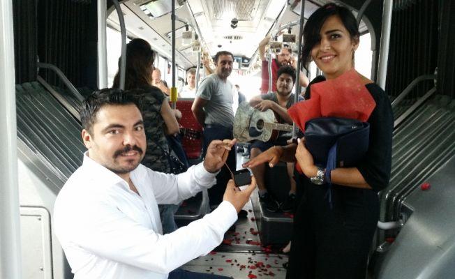 Metrobüste evlenme teklifi etti