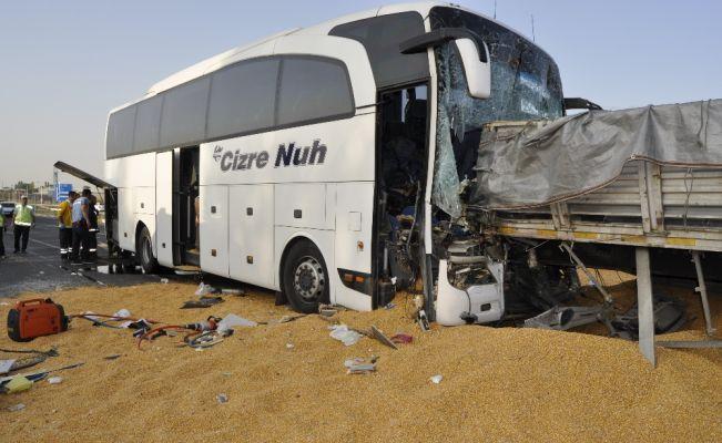 Yolcu otobüsü mısır yüklü tıra çarptı: 3 ölü