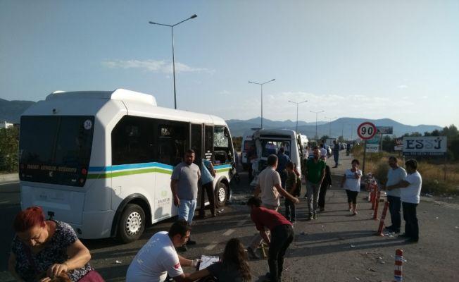 Balıkesir'de iki minibüs çarpıştı, 21 kişi yaralandı