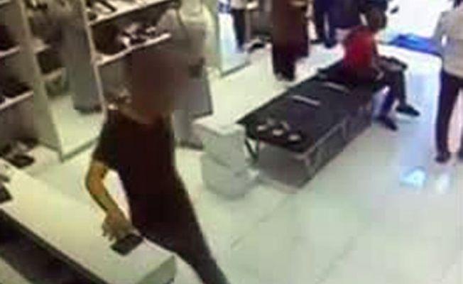 2 ayrı dükkandan cep telefonu çalan hırsız kamerada