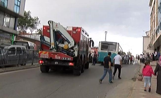 Gaziosmanpaşa'da halk otobüsü bariyerlere çarptı