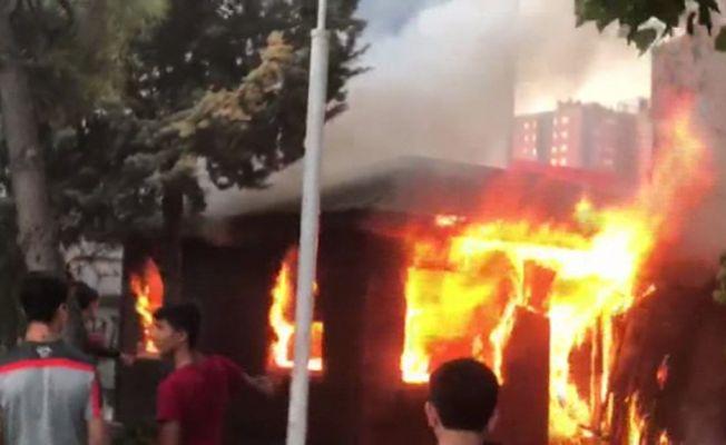 Beylikdüzü'nde taksi kulübesinde yangın çıktı