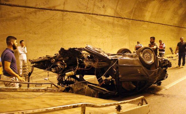 İkiye bölünen otomobildeki 2 kişi öldü, 1 kişi yaralandı