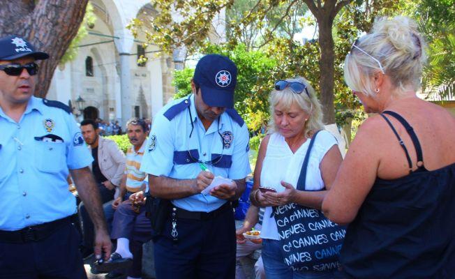 Lokma kuyruğunda turistlerin cüzdanlarını çaldılar