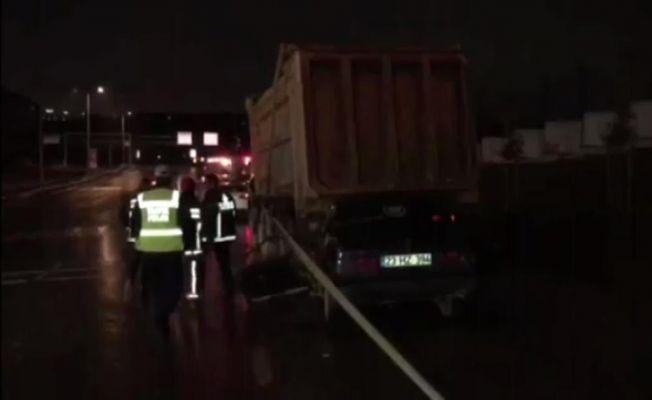 Otomobil hafriyat kamyonuna çarptı: 2 yaralı
