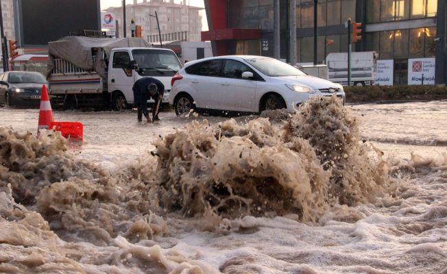 Patlayan ana su borusu bulvarı dereye dönüştürdü