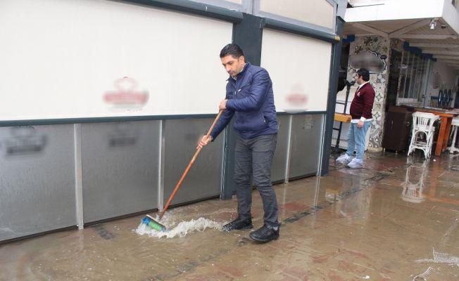İzmir'de etkili olan yağmurdan en çok esnaf etkilendi