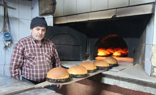 Poyralı köyünde odun ateşinde pişen ekmek ilgi görüyor