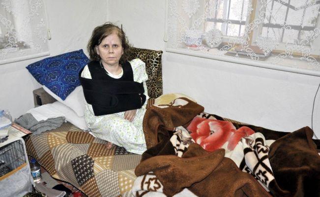 Yaşlı kadını kazma sapıyla dövdü