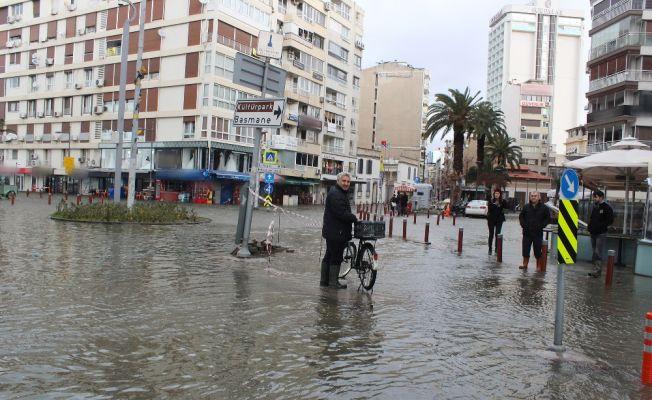İzmir Kordon'da deniz taştı, hayat felç oldu