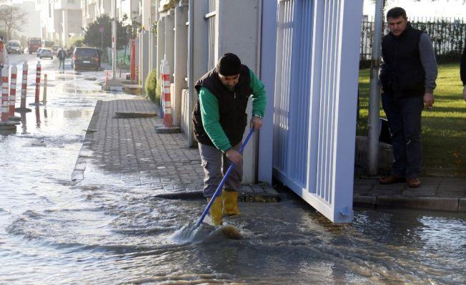 Bahçelievler'de ana su borusu patladı, yollar göle döndü