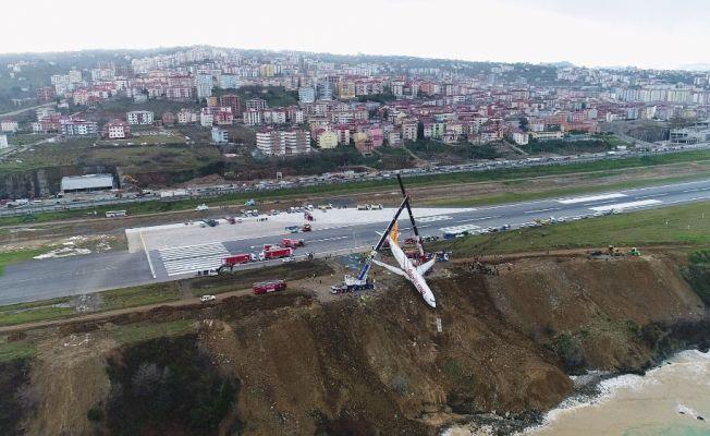 Pistten çıkan uçağın kaldırılma çalışmaları sürüyor