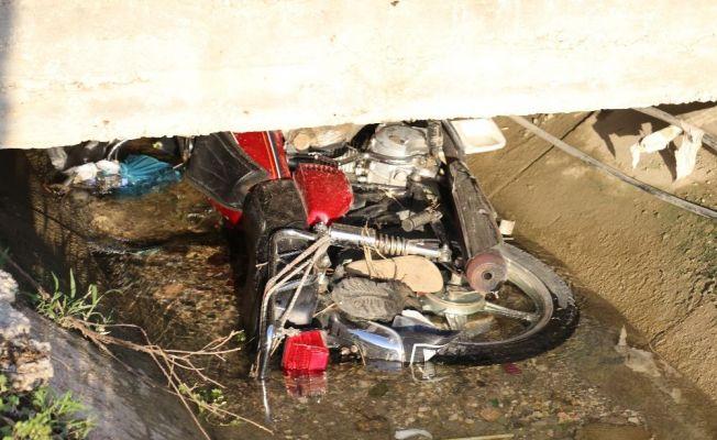 Motosiklet sulama kanalına düştü: 2 ölü