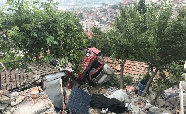Kamyonet evin çatısına uçtu: 1 ölü