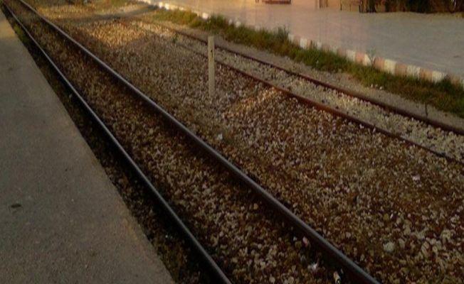 Taş atan gençler tren seferlerini durdurdu