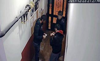 Apartman girişinde uyuşturucu alışverişi
