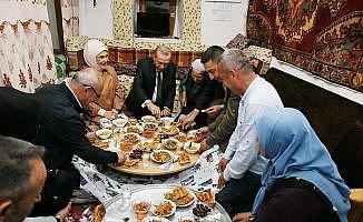 Cumhurbaşkanı Erdoğan iftarda bir aileye konuk oldu