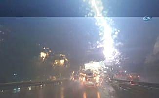 İstanbul'da otoyola yıldırım düşme anı kamerada