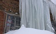 Muş'ta 5 metrelik buz sarkı ilgi çekiyor