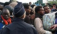 Fransa polisi göçmenlerin battaniyelerine el koydu