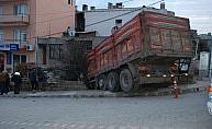 Freni boşalan kamyon eve çarptı