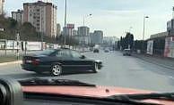 Küçükçekmece'de iki aracın trafikte tehlikeli şovu