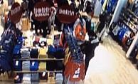 Alışveriş merkezinde cep telefonlarını çalıyorlardı