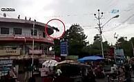 Çatıdan atlayan inek sosyal medyayı salladı