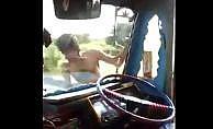 Çılgın kamyon şoförünün tehlikeli şovu