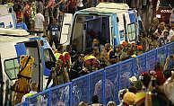 Rio Karnavalında servis aracı kalabalığın arasına daldı