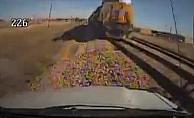 Otobüs yoldan çıktı, trene çarptı