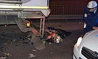 Duran tıra arkadan çarpan motosikletli öldü