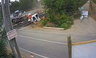 Kamyon, hızla gelen trenin altında kaldı