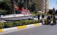 Turistin kullandığı otomobile yat çarptı