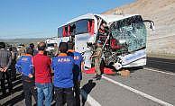 Otobüs ile tır çarpıştı: 2 ölü, 30 yaralı